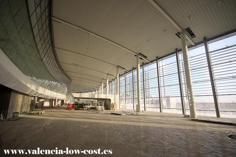 Interior de la terminal 2 del aeropuerto de valencia for Oficina zurich valencia